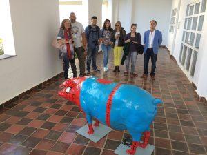 Posando con el Spidercerdo de la Iberian Pork Parade, diseñado por Fermín Solís, en la factoría Montesano