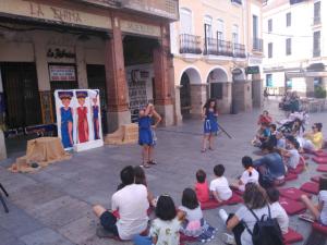 Los jóvenes actores extremeños en el primero de los CUENTACLÁSICOS desarrollados en la Plaza de España de Mérida