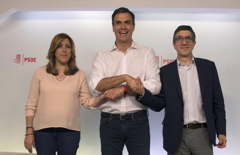 Socialists' Pedro Sanchez (C) joints hands with candidates Susana Diaz (L) and Patxi Lopez after being elected as the party's leader in Madrid, Spain, May 21, 2017. REUTERS/Sergio Perez