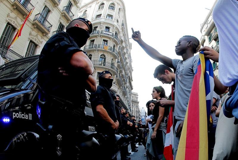 GRA234. BARCELONA, 02/10/2017.- Mossos d'Esquadra protegen la Jefatura Superior de la Policia Nacional en Barcelona con motivo de la concentración de unos 15.000 estudiantes este mediodia en el centro de Barcelona para protestar por la intervención policial y las cargas que se efectuaron en la jornada de ayer en Cataluña. EFE/Juan Carlos Cárdenas