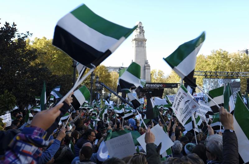 """MADRID. 18-11-17. CONCENTRACION EN LA PLAZA DE ESPA""""A PARA PEDIR UN TREN DIGNO.A EXTREMADURA. FOTO: JOSE RAMON LADRA."""