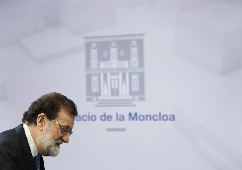 """GRAF756 MADRID, 22/12/2017.- El presidente del Gobierno, Mariano Rajoy, ha asegurado hoy que hará un """"esfuerzo"""" para mantener el diálogo con el nuevo Gobierno catalán que surja tras las elecciones, pero al mismo tiempo ha advertido de que exigirá que la ley se cumpla y no aceptará que nadie """"se salte"""" la Constitución ni el Estatut.En rueda de prensa en el Palacio de la Moncloa, Rajoy ha confiado en que el nuevo Govern que pueda formarse con la mayoría parlamentaria surgida tras los comicios catalanes """"abandone las decisiones unilaterales y no se sitúe por encima de la ley"""".EFE/Javier Lizón"""