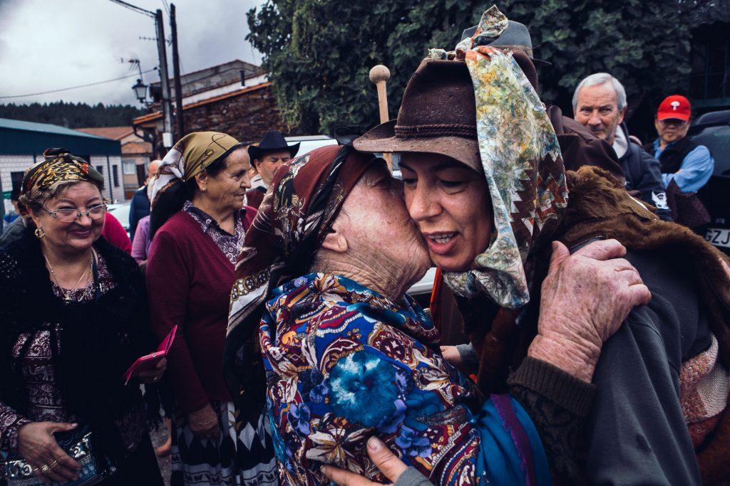 Los vecinos besan a la Chicharrona, en el convencimiento de que les traerá fortuna y condumio (Jorge Armestar) GALERIA DE FOTOS