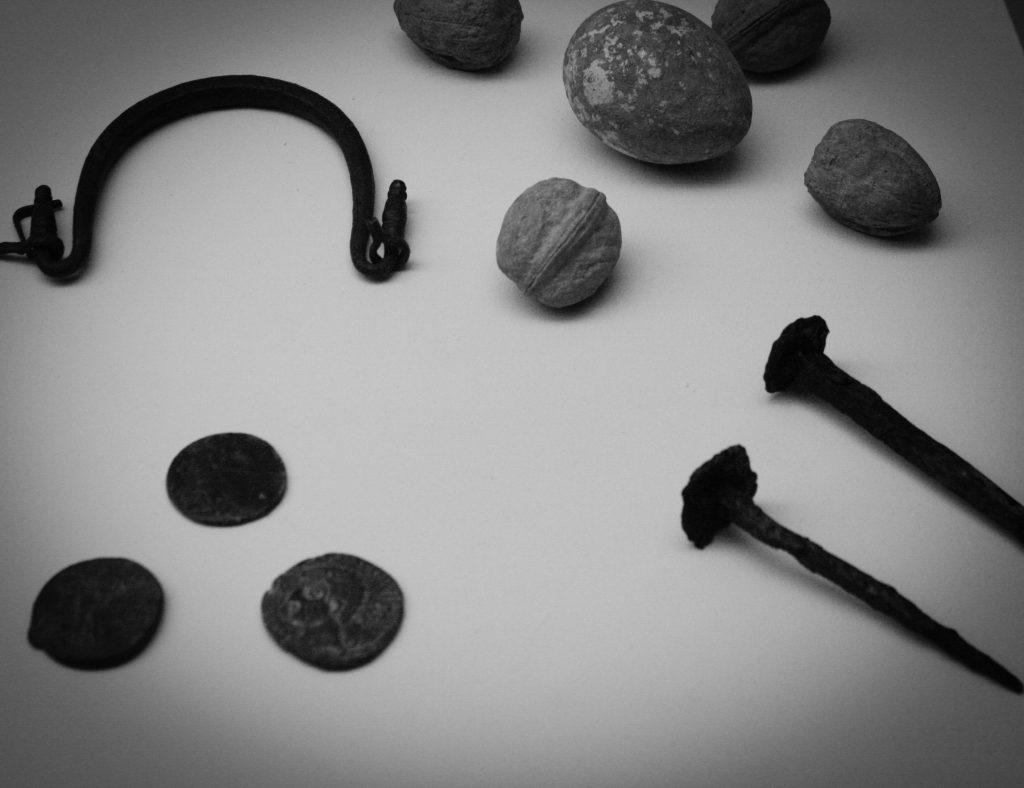 Clavos mágicos para sujetar al difunto a la tierra. MNAR. (Foto Ángel Briz)