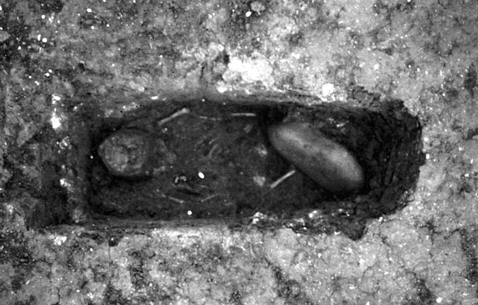 Tumba infantil aparecida en la necrópolis de Bodegones con piedra sobre las piernas (Foto: Consorcio de Mérida)