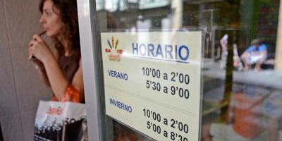 Cartel con el horario de una tienda en Badajoz