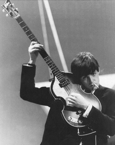 Paul McCartney con su viejo Hofner