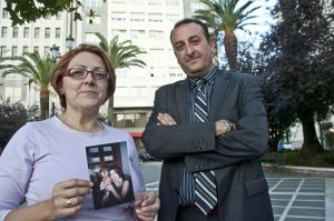 Paqui Ramos junto al abogado Carlos Franco, que consiguió la sentencia pionera.