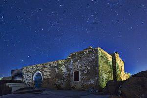 Imagen nocturna de San Juan Bautista./ Víctor Gibello