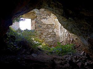 Acceso a cueva bajo iglesia (V. Gibello).