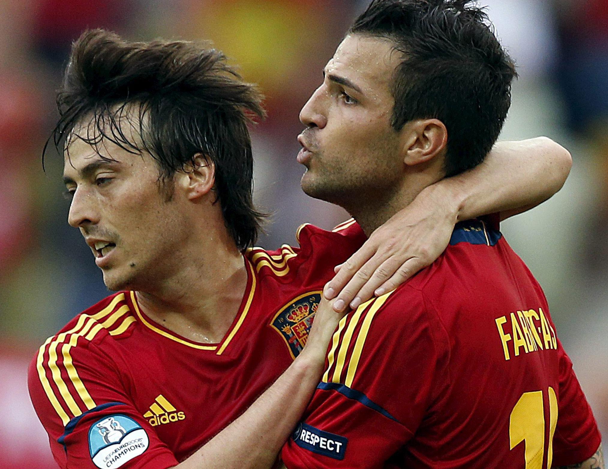David Silva abraza a Cesc Fábregas en el gol de la selección ante Italia