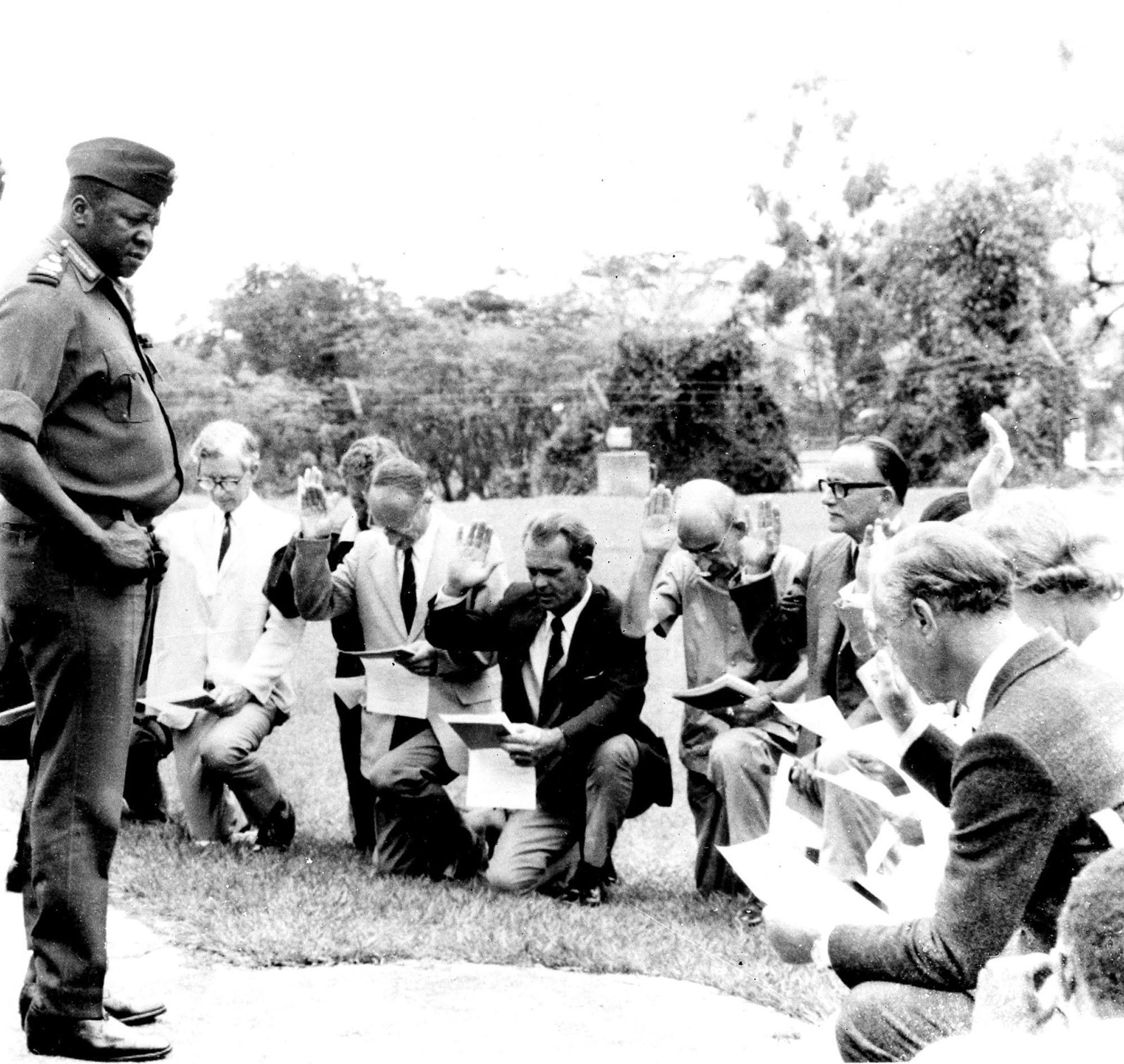 Catorce ciudadanos de origen europeo juran ante Idi Amin fidelidad a Uganda durante una ceremonia en 1975, en la que adquirieron la nacionalidad de este país. AP