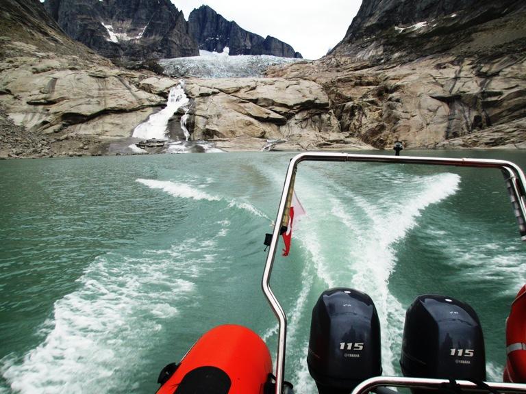 Principios de la temporada del 2016, hemos conseguido entrar con nuestra zodiac remontando un corto río desde el agua salada del fiordo al agua dulce del lago glaciar ¡acabamos de dar un gran paso para conocer este glaciar! lago de agua dulce, pasando por un pequeño canal con rocas amenazadoras.