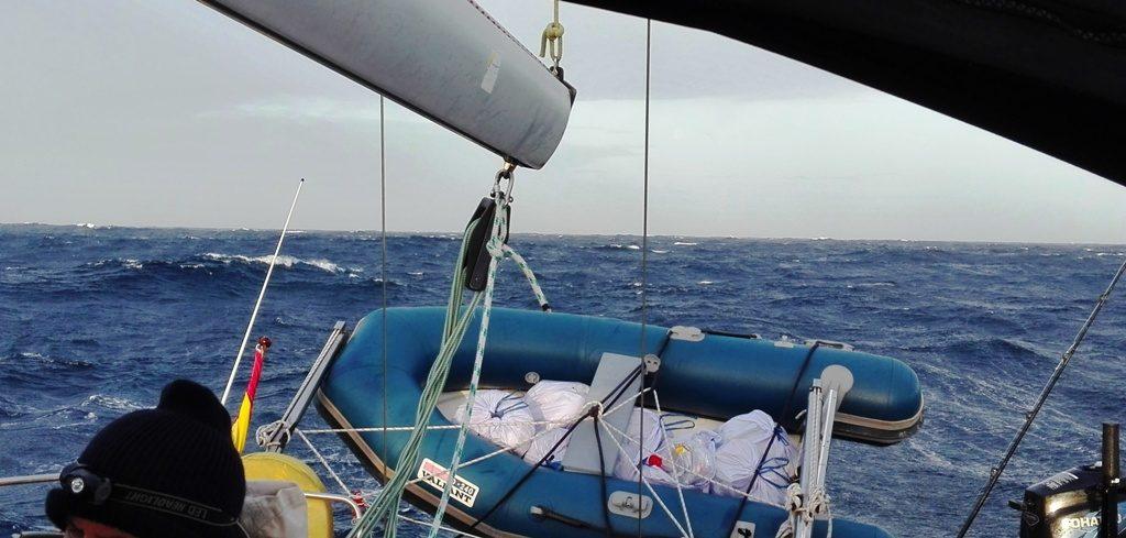 Vientos de Fuerza 7 levantan borreguitos en las crestas de las olas.