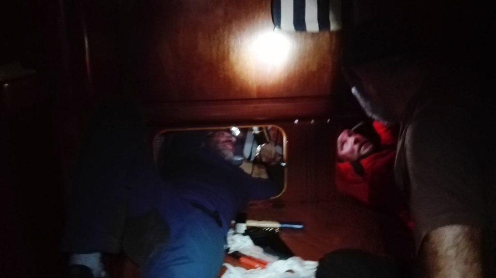 Con Manu, luchando por arreglar la avería. Elena nos va pasando las herramientas y arriba en la cubierta está Juanjo agarrado a la palanca de fortuna sujetando el timón, para poder bloquearlo y no nos aplaste las manos en el reducido espacio que tenemos para poder reparar la avería. Foto de Elena