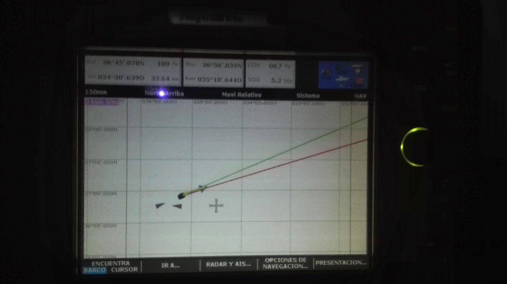 En la pantalla vemos otros dos buques en vuelta encontrada o a rumbo de colisión, que pasan cerca, nosotros somos la flecha.
