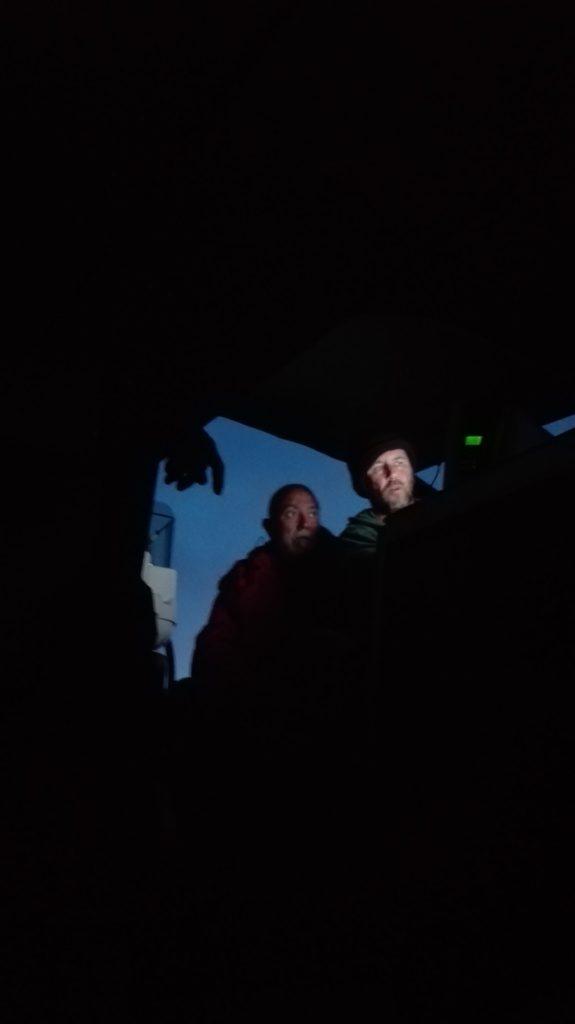 Manu y Mikel detectan en la pantalla del radar, un buque mercante que viene a rumbo contrario al nuestro, como aparece el distintivo de llamada del navío en el sistema AIS, llamarán para que varíe su derrota (dirección). Foto de Elena