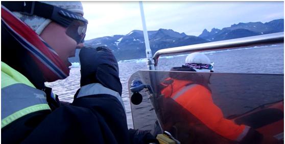 Miniq y JJ resuelven por radio la mejor ruta, hay mucho hielo marino por el trayecto normal y deciden salir rodeando la isla por mar abierto, hasta la isla de Amitsoq dentro del fiordo de Saqqaa.