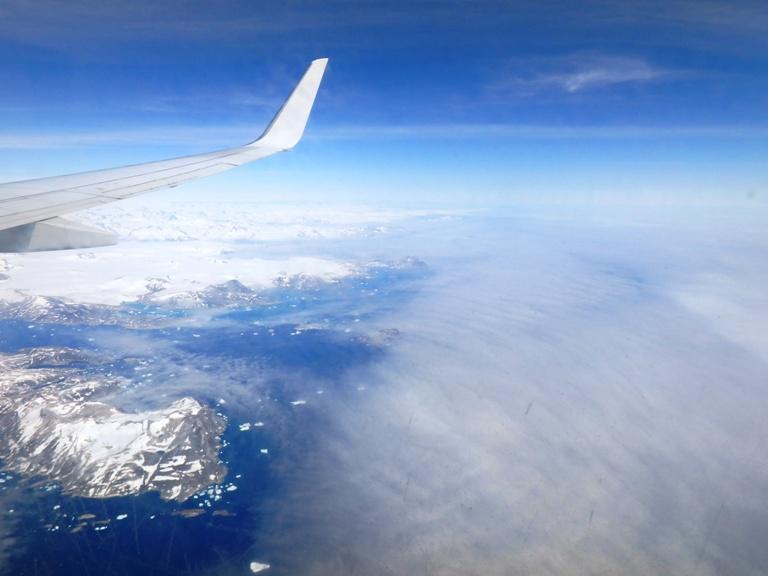 Esta imagen ya me suena más, tras la niebla ante nosotros la costa Este groenlandesa y sus grandes icebergs