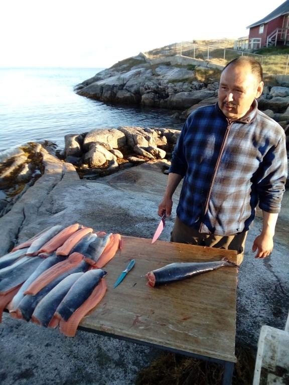 Mi amigo Aggu limpia en la orilla los salmones capturados. Alluitsup Paa 2016 Mamak!! Significa, qué rico!