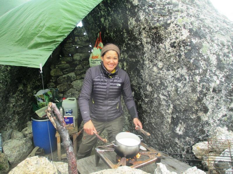 Nuestra amiga Arina nos hace arroz con leche ¡guau qué rico! Campamento del fiordo de Tasermiut 2016