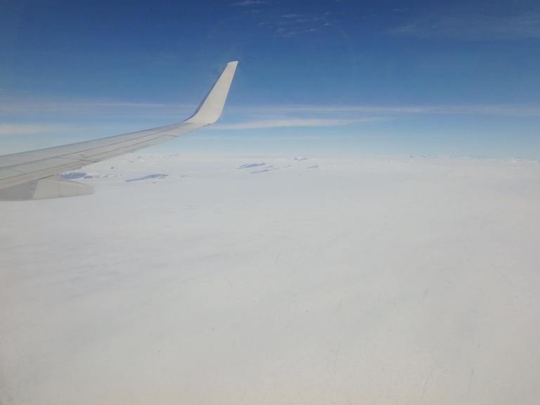 Una vez atravesada la franja de fiordos, aparece la gran explanada de hielo central, es el casquete polar con una longitud de algo más de 2700 kilómetros hasta el norte ¡solamente hielo!
