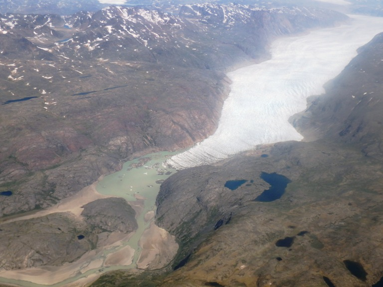 """Justamente al lado del activo glaciar se encuentra lo contrario, un glaciar muerto llamado Kiattut. Através del río glaciar se puede ver el famoso trekking del """"valle de las mil flores"""" y en medio de estos glaciares las tierras altas de Mellem landem y sus grandes lagos de ricas aguas."""