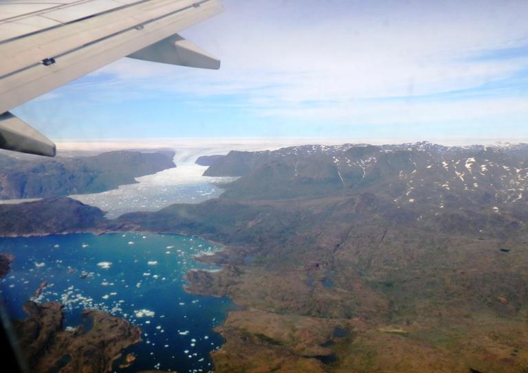 El avión está virando al encuentro de la cabecera de pista, en su giro vemos abajo la pequeña localidad de 7 habitantes llamada Tasiusak, y enfrente el enorme Glaciar Eqalorutsit el más activo del Sur de Groenlandia, vierte enormes icebergs al fiordo de Ikersuak, un fiordo con profundidades de 700 metros, donde se pesca el fletan y el tiburón boreal, algunos ejemplares de tiburón han llegado a medir ¡5 metros!