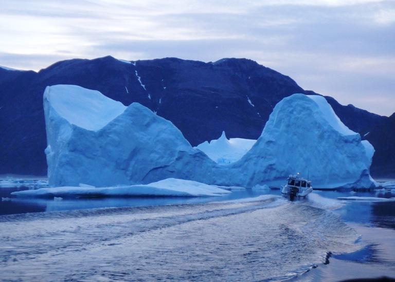 En frente, nuestro objetivo la alargada isla de Amitsoq, Poul-Erik va a rodear el iceberg por un lado, nosotros cruzaremos su estela e iremos por el otro lado, Miniq sigue a nuestro lado su barca tiene mejor luz que la nuestra -¡estamos cerca! detrás del iceberg grita JJ.