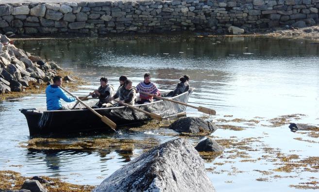 Representación con trajes tradicionales de piel de foca en un umiak o gran barca, hecha también con pieles de foca. Nanortalik 2015