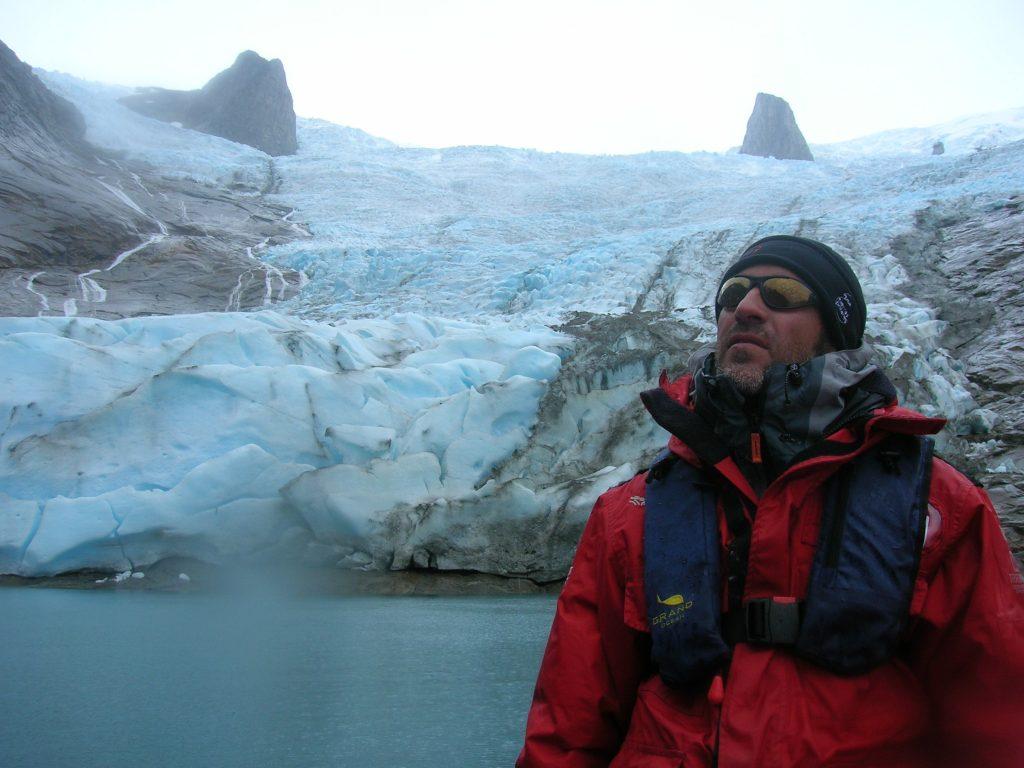 """Finales de agosto, llueve en el fiordo, parece que la corriente glaciar no tira hielo al mar ¿está inmóvil? En realidad es que está """"muerto"""". Año 2011."""
