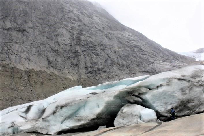 """Al regresar el año siguiente nuestra sorpresa es grande, la capa de hielo es más baja en el frente y ya no está en la misma costa, ha retrocedido 30 metros. Se pude decir que seremos unos de los primeros en pisar """"Tierra nueva"""" después de estar oculta por el hielo desde hace miles de años. Y por qué no ir explorar el interior…"""