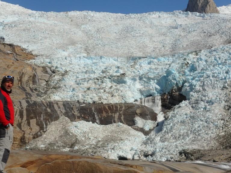 Este es el resultado, en pocas semanas ha desaparecido otra parte de la cascada de hielo, y en pocos meses más ya dejará de tocar el suelo, quedando colgante.