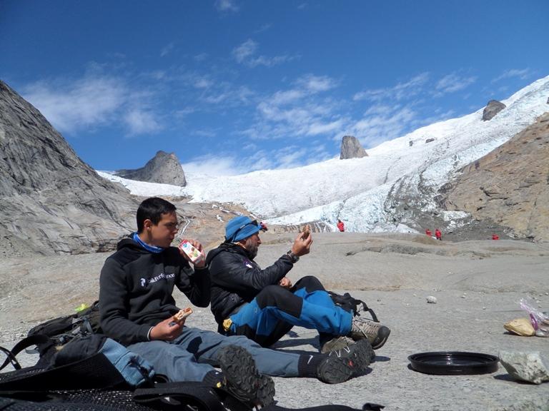"""Espectacular vista del glaciar """"The Walrus Teeth"""" 'los dientes de la morsa' en el fiordo de Tasermiut. Es un buen lugar donde tomar un picnic viendo la inmensa cascada de hielo de más de 1600 m de altura que hay a nuestras espaldas."""