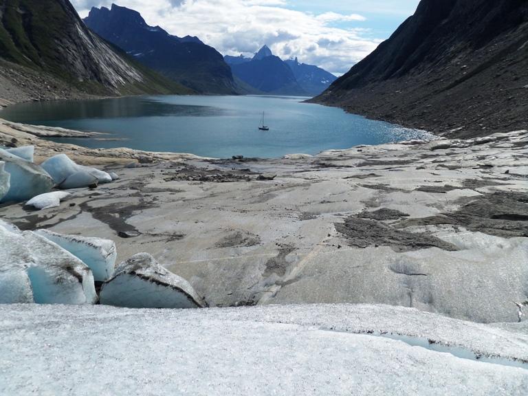 ¿Qué es lo que ha pasado en este lugar? ¡No puede ser que haya desaparecido tal cantidad de hielo en tan pocos meses! puede ser el más dramático debido al gran retroceso que experimentó el glaciar, tuvimos que andar varios cientos de metros para llegar a lo que quedaba del frente. Ando desolado y pensativo, año 2014.