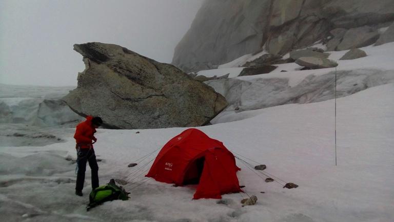 Nuevo campamento instalado al pie del cráter de hielo.