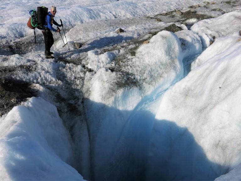 El peso de la inadecuada mochila muerde en los hombros pero seguimos con el disfrute de andar por un lugar inhóspito. Vemos los primeros sifones en la zona de ablación del glaciar.