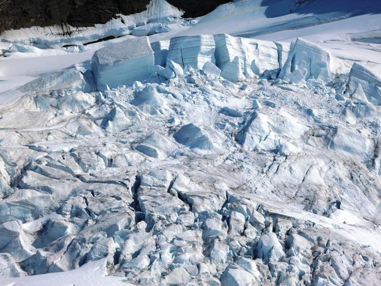 Los bloques de hielo colgantes o seracs nos cortan el paso más seguro, nos vamos apartando de la posible caída de esas grandes moles, obligándonos a entrar por la zona de grietas. Foto de Jorge