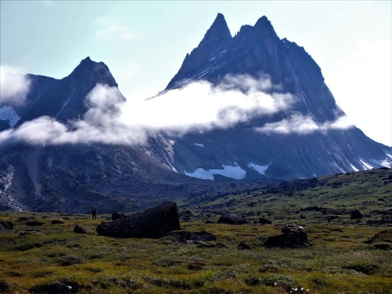 Valle de Tininnertuuq. Jorge a lo lejos tratando de salir de la zona de turba plagada de mosquitos.