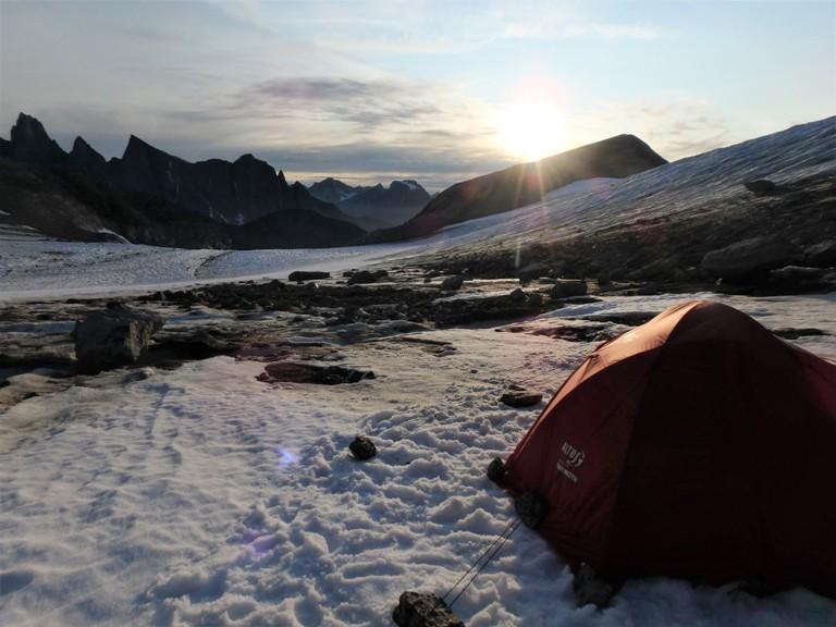 El Sol se pone detrás de las montañas del fiordo de Tasermiut. Primer campamento en el hielo, dejamos atrás el hermoso valle de Tininnertuuq.