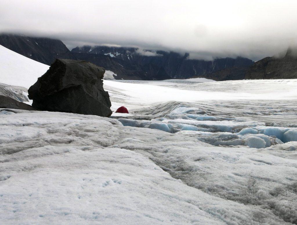 Diminuto refugio al lado de la roca ¡comparen! Foto Jorge