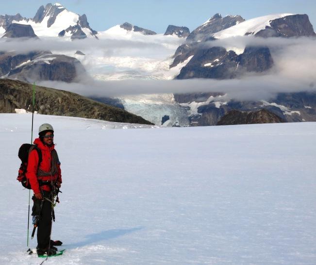 En un momento se despeja y nos deja esta imagen. Si me tengo que quedar con una foto sería esta de las montañas del fiordo del Este. La sonrisa de Jorge lo dice todo.