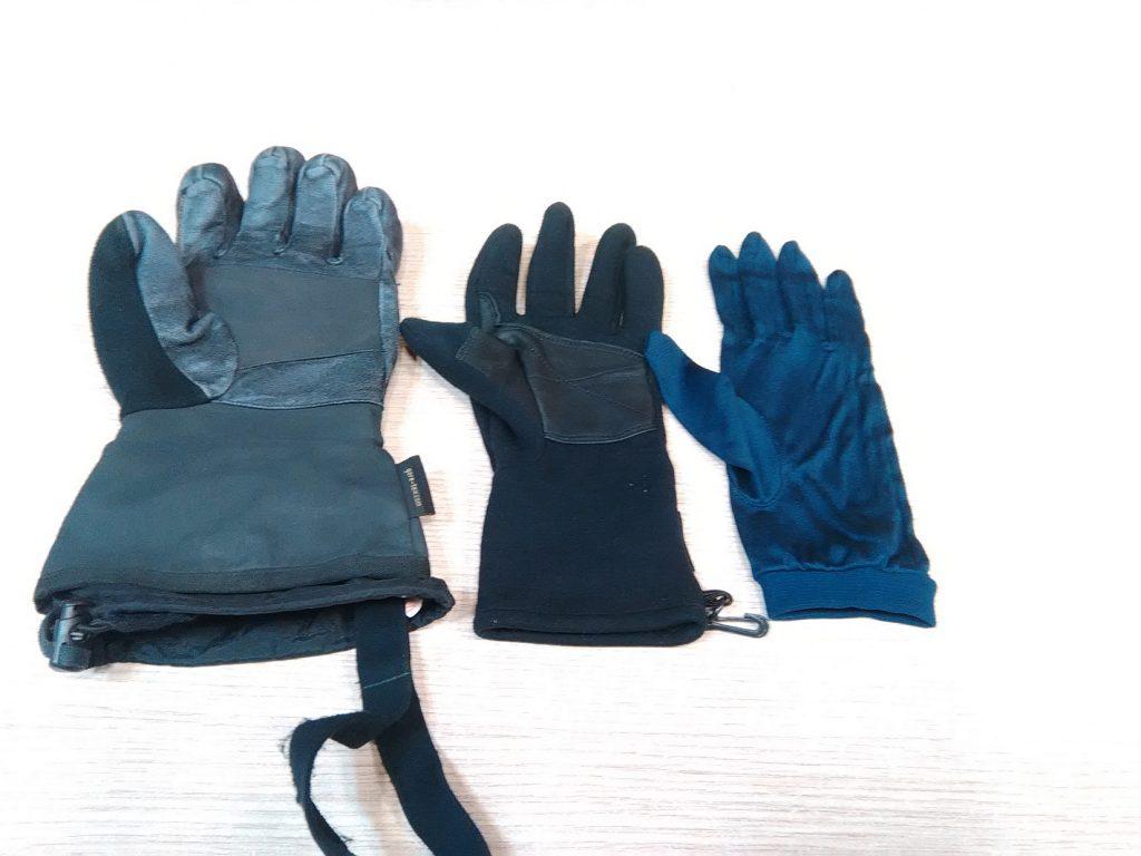 Mi opción en las manos, guante de seda fino, guante de tejido polar (power strecht) y guante de alpinismo con menbrana Goretex.