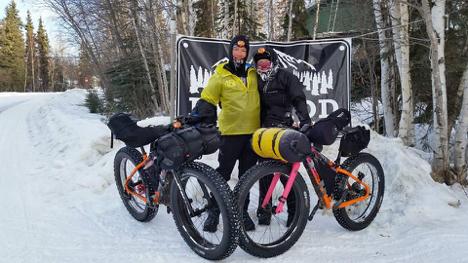 Dos finalistas celebran la llegada a la meta en la dura prueba Alaska, la famosa Iditarod Trail Invitational.