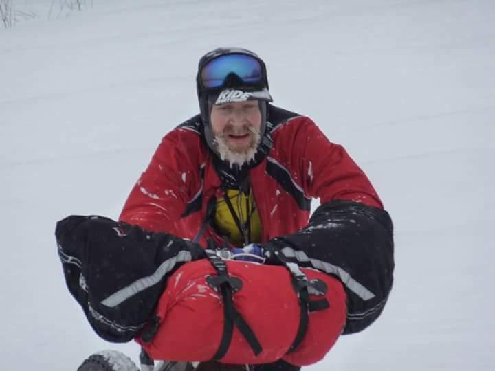 Año 2012 el escocés John Ross empuja su fat bike en medio de una dura ventisca de niebla. Según la organización, ese año no lo olvidarán fácilmente, incluso para los que iban en moto de nieve y velaban de la seguridad.