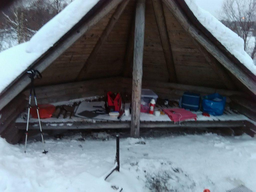 Mellavaara. Las cabañas finlandesas son como veís más un parapeto y una fogata en frente. Ya estamos en el río Kemi de nuevo.