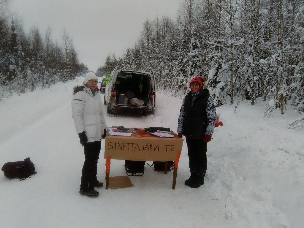 Sinettajarvi, la nieve blanda se ha hecho más pesada de andar, solamente hay un pequeño carril donde