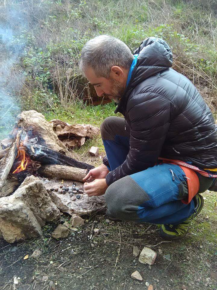 Localidad portuguesa de Escusa, asando unas castañas para entra en calor.