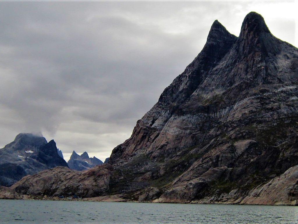Año 2012. A las faldas de esa cumbre tan característica se encuentra la aldea más remota del Extremo Sur.