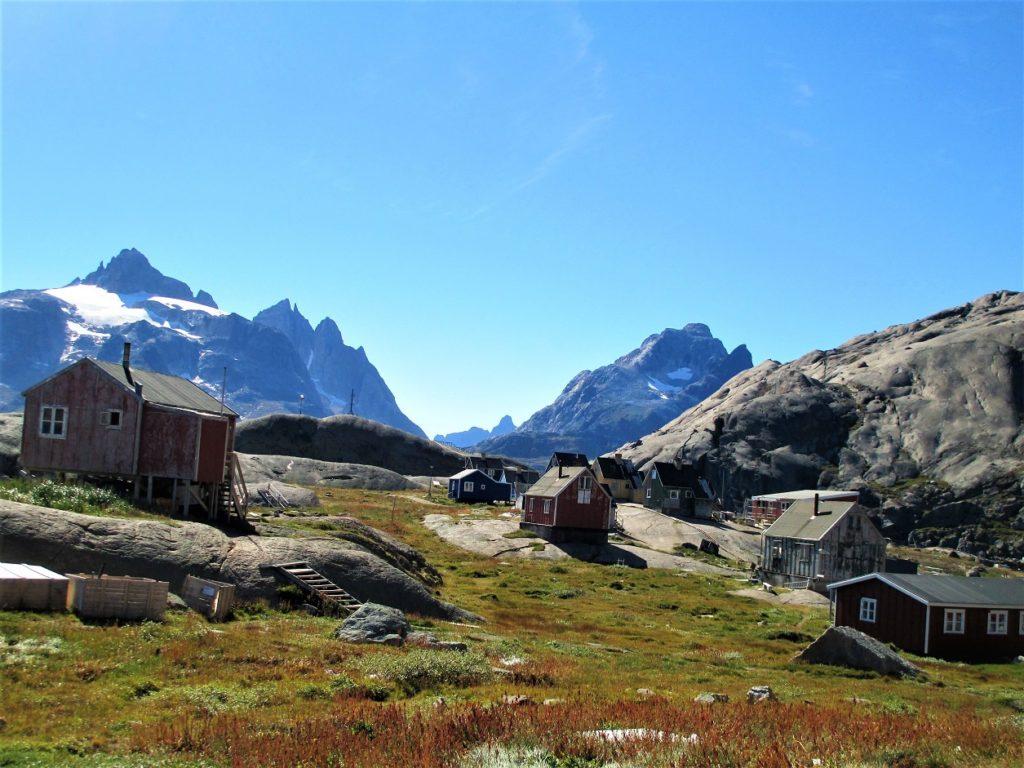 Aapilattoq poblado emplazdo en los límites de la costa Este groenlandesa y rodeado de enormes montañas